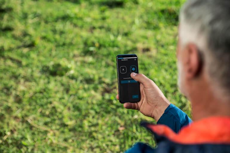 widex evoke hoortoestel aanpassen via smartphone app man