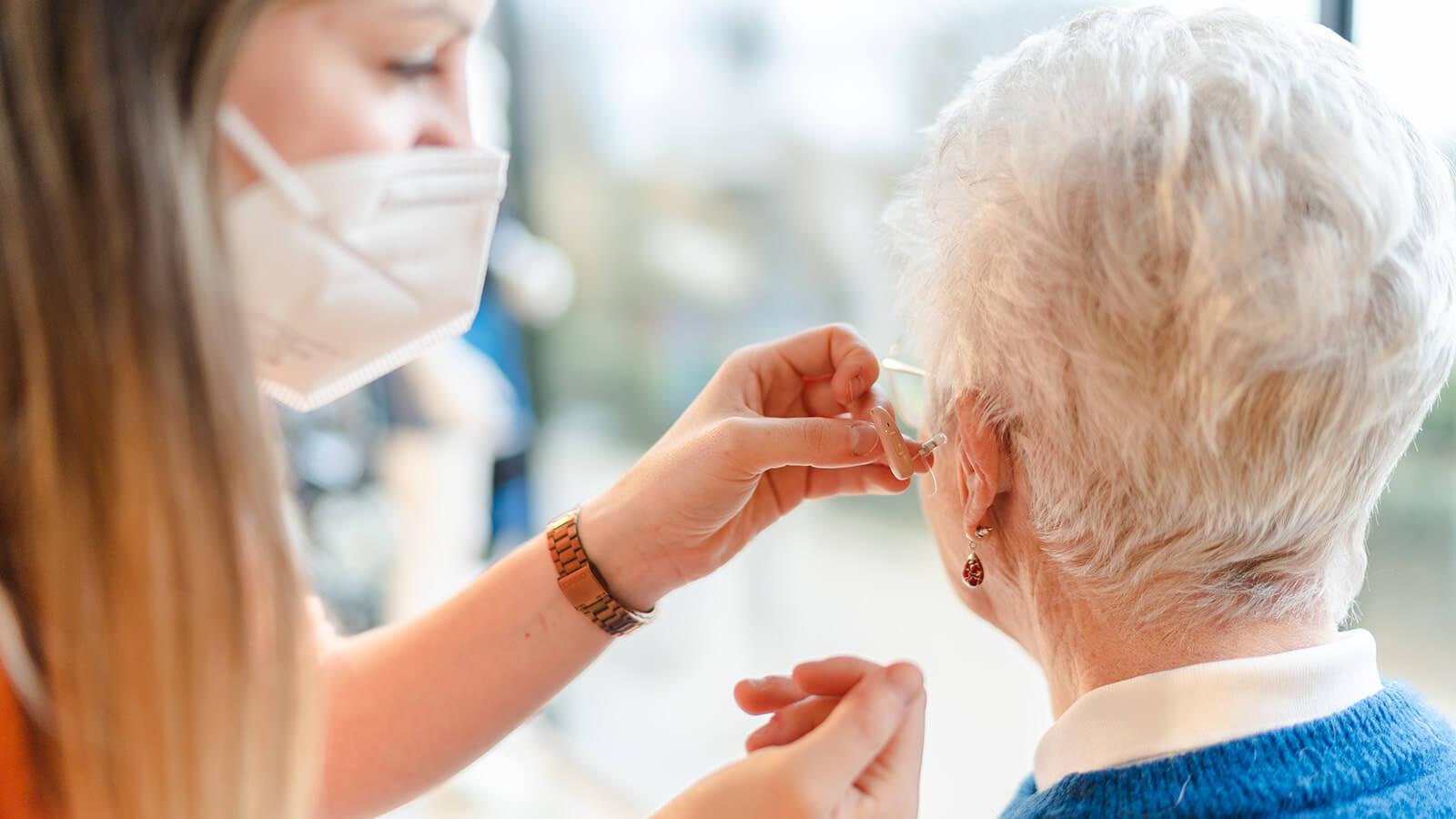 audioloog past hoorapparaat bij vrouw in hoorcentrum